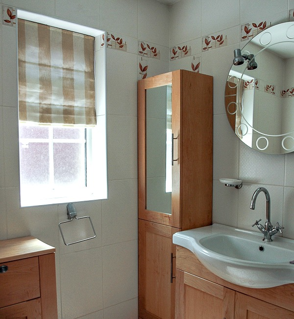 Emerald Interior Design - bathroom roman blind